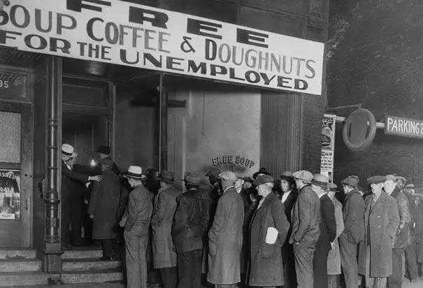 大萧条期间等待免费食物的人们